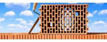 Из какого материала лучше строить дом: газобетон или кирпич?