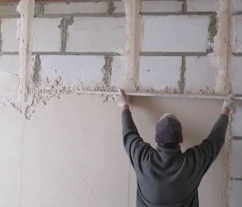 Оштукатуривание пеноблочных стен лучше доверить специалистам
